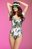 Het jonge gelukkige donkerbruine sexy vrouw stellen in modieuze bikini Royalty-vrije Stock Foto's