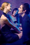Het jonge gelukkige glimlachende aantrekkelijke paar en vrouwen kijken Stock Foto's