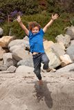 Het jonge gelukkige jongen springen Royalty-vrije Stock Foto's
