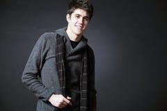 Het jonge gelukkige mens possing in studio. royalty-vrije stock fotografie