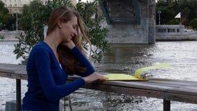 Het jonge gelukkige menu van de vrouwenlezing in straatkoffie stock footage