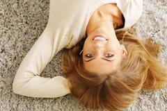 Het jonge gelukkige mooie vrouw ontspannen Royalty-vrije Stock Afbeelding