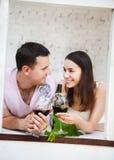 Het jonge gelukkige paar genieten van glazen rode wijn Stock Foto