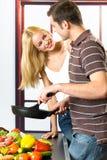 Het jonge gelukkige paar koken Stock Foto's