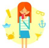 Het jonge gelukkige redhairmeisje eet roomijs De zomer Stock Afbeelding