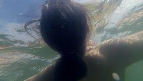 Het jonge Gelukkige Vrouw Ontspannen op Opblaasbare Matras in Overzees stock videobeelden