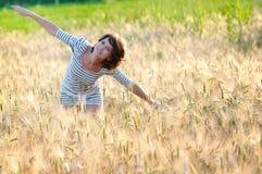Het jonge gelukkige vrouw vliegen stock afbeeldingen