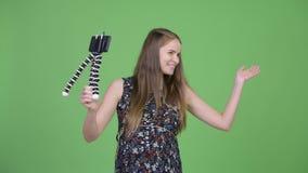 Het jonge gelukkige zwangere vrouw vlogging met telefoon stock footage