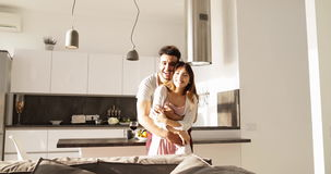 Het jonge Gemengde Raspaar omhelst in het Zonlicht van de Keukenochtend, Leuke Gelukkige Spaanse Man Aziatische Vrouwenomhelzing stock videobeelden