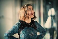 Het jonge het glimlachen portret van de vrouwenstudio binnen Royalty-vrije Stock Foto