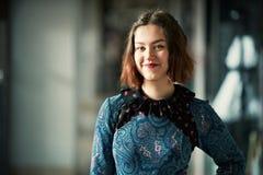 Het jonge het glimlachen portret van de vrouwenstudio binnen Stock Afbeeldingen