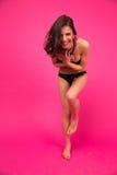 Het jonge grappige vrouw stellen in bikini Stock Afbeeldingen
