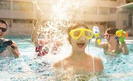 Het jonge groep spelen in zwembad op de zomervakantie royalty-vrije stock afbeelding