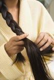 Het jonge haar van het vrouwenvlechten. Royalty-vrije Stock Afbeelding