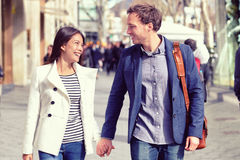 Het jonge het dateren paar flirten die in stad lopen Royalty-vrije Stock Afbeeldingen
