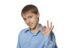 Het jonge het glimlachen jongen o.k. geïsoleerd tonen Royalty-vrije Stock Afbeelding
