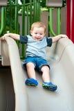Het jonge het kind van de peuterjongen spelen op dia Royalty-vrije Stock Foto's