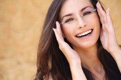 Het jonge het lachen vrouw dragen Royalty-vrije Stock Fotografie