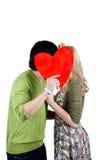 Het jonge het paar van het mengelingsras kussen Stock Afbeelding