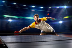 Het jonge het tennisspeler van de sportenmens spelen op zwarte Stock Afbeelding