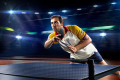 Het jonge het tennisspeler van de sportenmens spelen op zwarte Stock Afbeeldingen