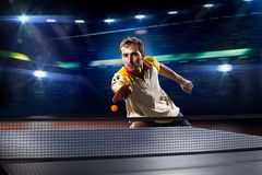 Het jonge het tennisspeler van de sportenmens spelen op zwarte Royalty-vrije Stock Foto's