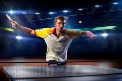 Het jonge het tennisspeler van de sportenmens spelen op zwarte Stock Foto