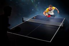 Het jonge het tennisspeler van de sportenmens spelen op zwarte Royalty-vrije Stock Foto
