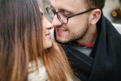 Het jonge hipsterpaar kussen, die in oude stad koesteren Royalty-vrije Stock Foto's