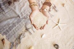Het jonge hoogtepunt van vrouwen` s handen van zand royalty-vrije stock afbeelding