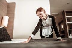 Het jonge huishoudster aardig voelen hebbend haar eerste werkdag royalty-vrije stock foto