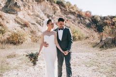 Het jonge huwelijkspaar lopen royalty-vrije stock afbeeldingen