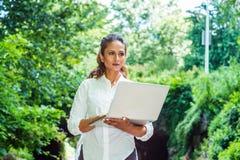 Het jonge Indische Amerikaanse de Vrouw van het Oosten reizen, die in New York werken royalty-vrije stock afbeeldingen