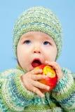 Het jonge Jonge geitje eet een Appel met een Glimlach Royalty-vrije Stock Foto
