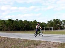 Het jonge jongen biking Royalty-vrije Stock Afbeeldingen