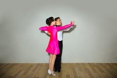 Het jonge jongen en meisjes stellen bij dansstudio stock foto