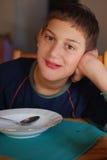 Het jonge jongen eten Stock Foto