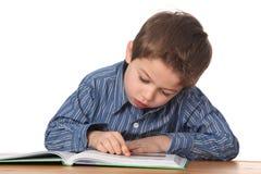 Het jonge jongen leren Stock Foto's