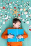Het jonge jongen liggende dromen van een de zomervakantie stock afbeeldingen