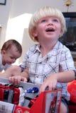 Het jonge jongen openen huidig bij Kerstmis of verjaardag Royalty-vrije Stock Foto's