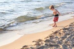 Het jonge jongen spelen bij het strand Royalty-vrije Stock Afbeeldingen