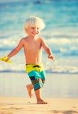 Het jonge jongen spelen bij het strand Stock Afbeelding