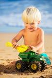 Het jonge jongen spelen bij het strand Stock Foto's