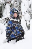 Het jonge jongen spelen in de sneeuw stock fotografie