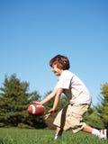 Het jonge jongen spelen met bal Stock Foto's