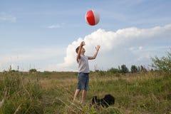 Het jonge jongen spelen met een bal in openlucht Royalty-vrije Stock Fotografie