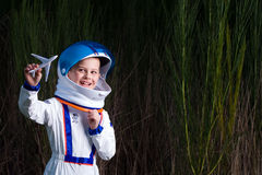 Het jonge jongen spelen met een stuk speelgoed vliegtuig Stock Afbeelding
