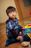 Het jonge jongen spelen met speelgoed Royalty-vrije Stock Foto