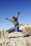 Het jonge jongen spelen in zand Royalty-vrije Stock Afbeeldingen