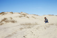 Het jonge jongen spelen in zand Royalty-vrije Stock Fotografie